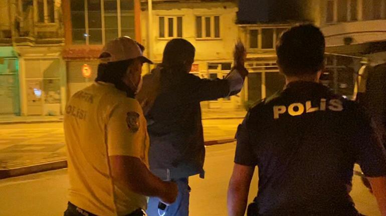 Alkollü sürücü polise zor anlar yaşattı Kelepçele beni ısrarı