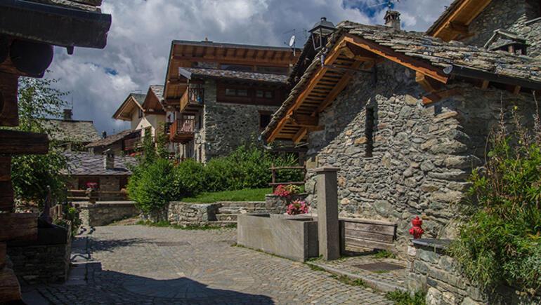 Alplerin arabasız köyü Chamois