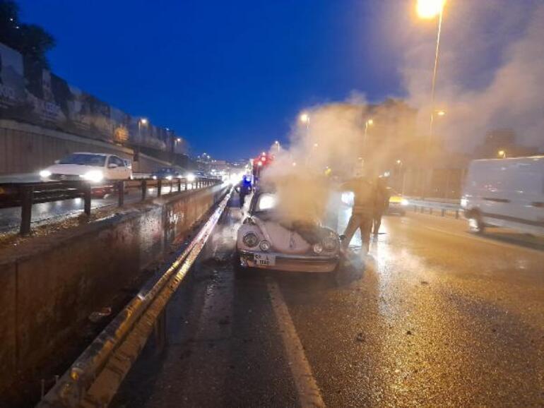 Yoldan geçenler uyardı Otomobil alev alev yandı