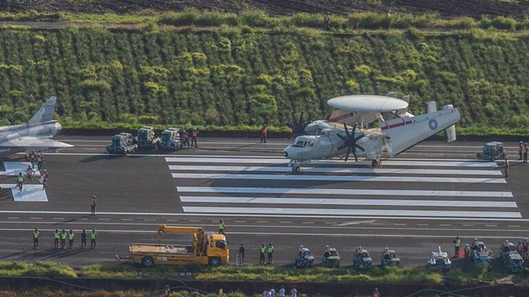 Tayvanda savaş uçakları 24 metre genişliğindeki otoyola indi