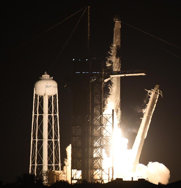 Son dakika: Dünyanın kilitlendiği tarihi an 4 yolcu ile uzaya...