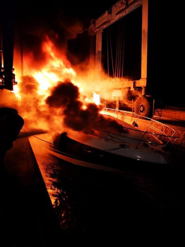 Fethiyede fiber tekne, alev alev yandı