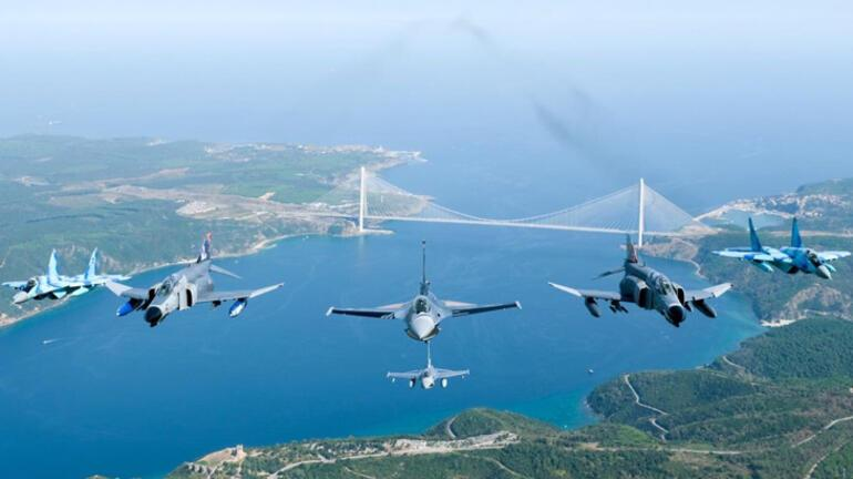 MSB görüntüleri paylaştı İstanbul Boğazında nefes kesen anlar