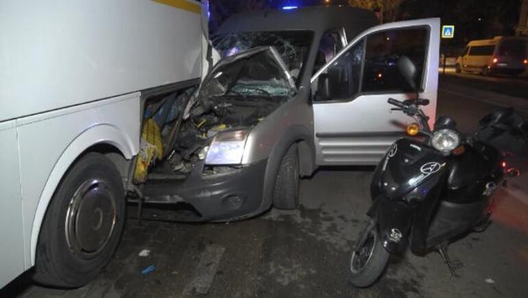 Hafif ticari araç park halindeki otobüse çarptı 1i ağır 3 yaralı...