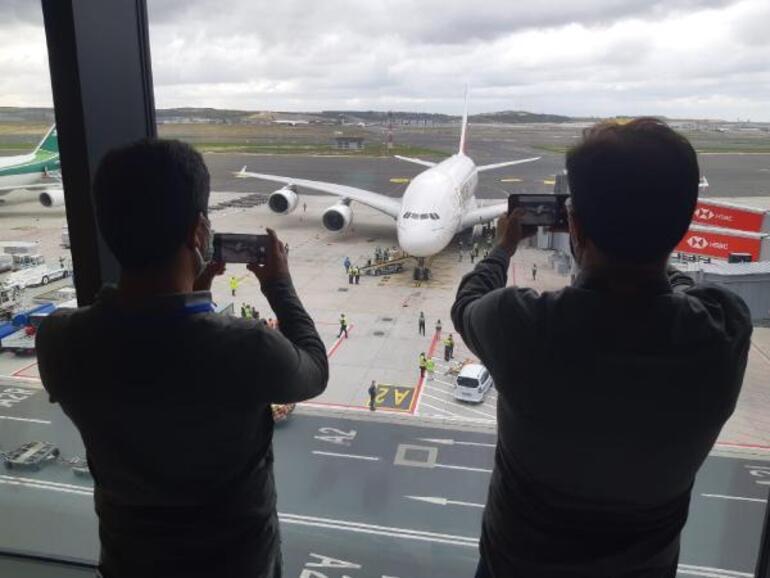 Dünyanın en büyük uçağı İstanbula ilk yolcularını taşıdı