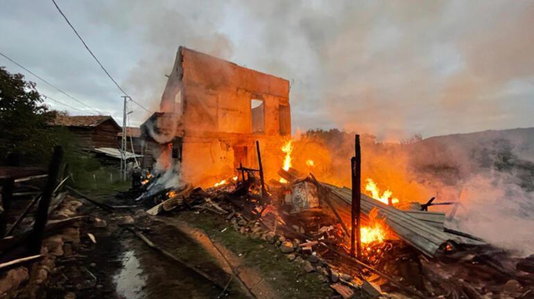 Kastamonuda korkutan yangın 2 katlı ev ile köy konağı yandı