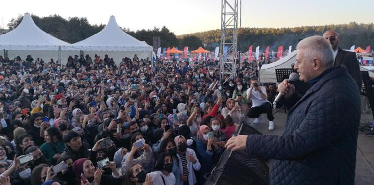 Binali Yıldırım, şarkıcı Soner Sarıkabadayı ile düet yaptı