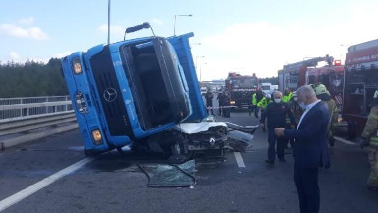 Son dakika İstanbulda feci kaza Kamyon, otomobilin üstüne devrildi