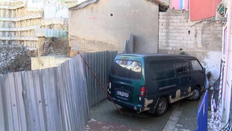 Kağıthanede istinat duvarı çöktü Minibüs mahsur kaldı