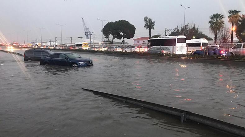 Son dakika İzmir'den sel haberi 2 kişinin cesedine ulaşıldı